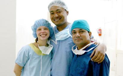 ネパールの病院に勤める医療職員と医療インターン
